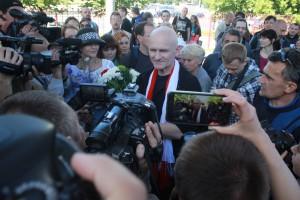 Сустрэча Алеся Бяляцкага пасля зняволення ў чэрвені 2014 года ў Менску.