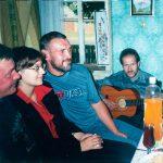 Анатоль Сыс у Гарошкаве са сваякамі і бардам Андрэем Мельнікавым.